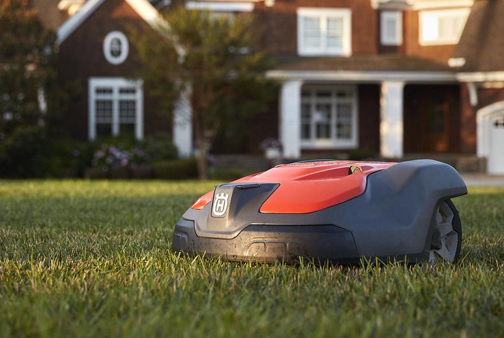 Robotgräsklippare i trädgård
